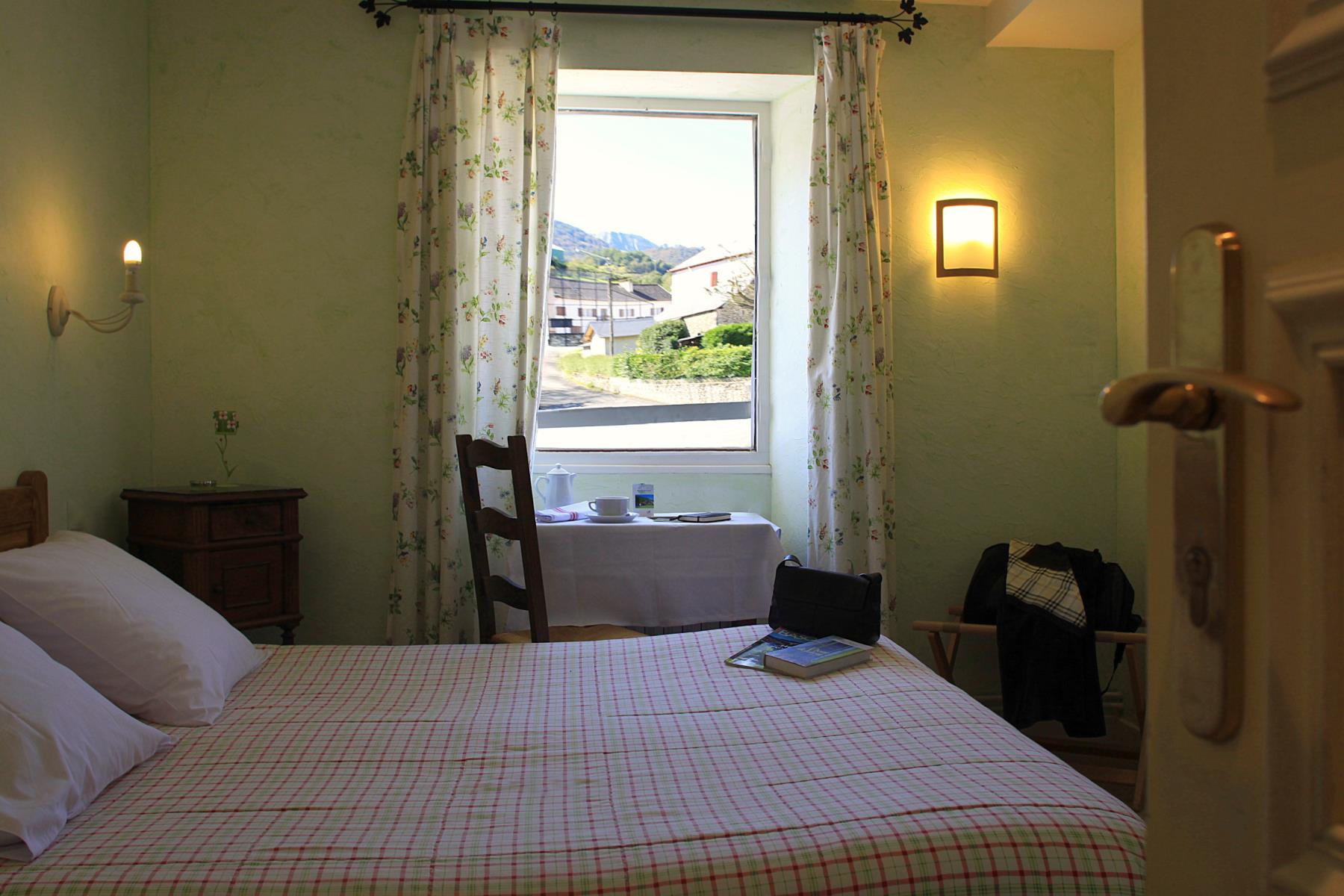 H tel etchemait chambre etchemaite 7 for Chambre hotel reservation